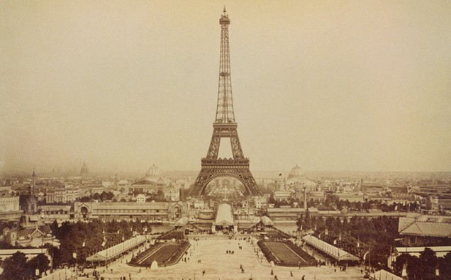 Eiffel_Tower_and_Champ_de_Mars_seen_from_Trocadéro_Palace,_Paris_Exposition,_1889-LVÚ