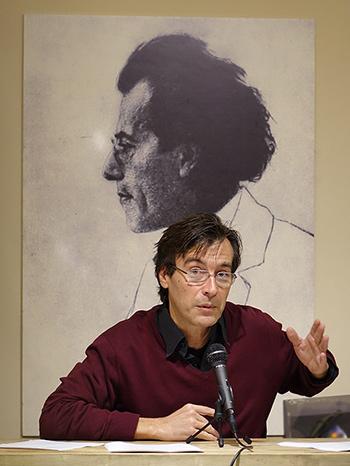 """Juan Lucas durante su conferencia sobre """"Muerte en Venecia"""" de Benjamin Britten en La Quinta de Mahler el día 27 de noviembre."""